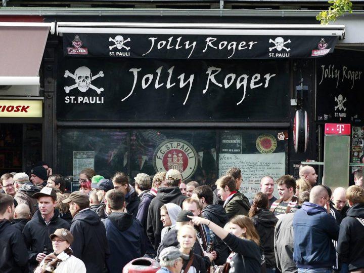 """Umstrittener Einsatz: Als die Polizei das """"Jolly Roger"""" stürmte"""