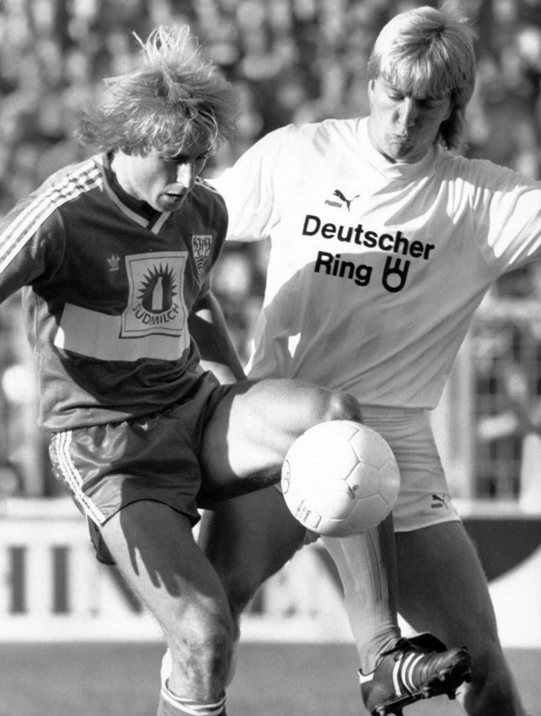 Andre Trulsen (r.) im Duell mit Jürgen Klinsmann beim 2:1-Sieg des FC St. Pauli gegen den VfB Stuttgart am 26. August 1988. FOTO: Imago