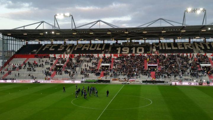HSV-Profis betreten den Platz – Pfiffe von den St. Pauli-Fans