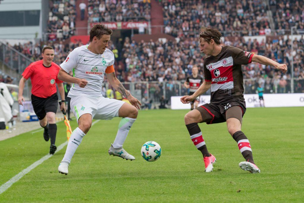 Marc Hornschuh (r.) im Duell mit Werders Max Kruse beim Testspiel im Juli 2017. St. Pauli siegte 2:1. FOTO: Imago