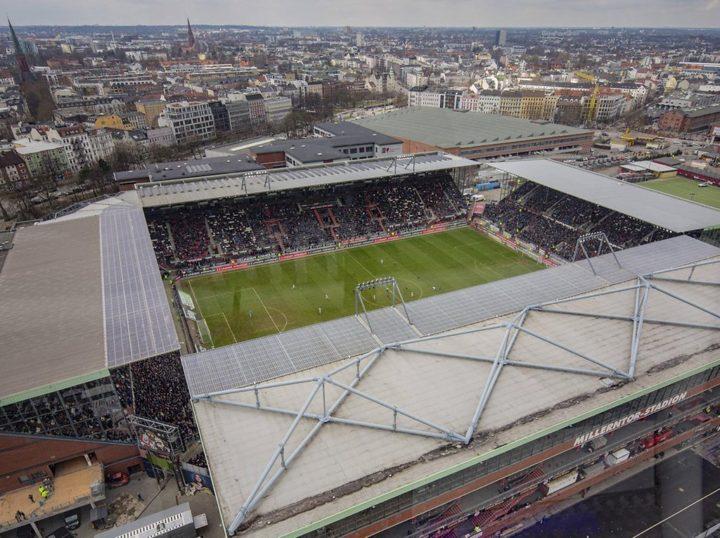 Beim FC St. Pauli: Prominente Runde diskutiert über neue Werte – Ultras protestieren