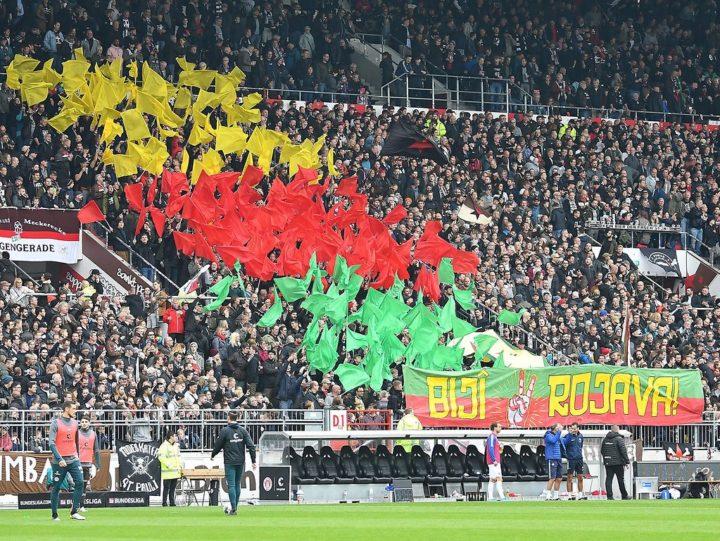 Politisches Banner: DFB stellt Verfahren gegen St. Pauli ein
