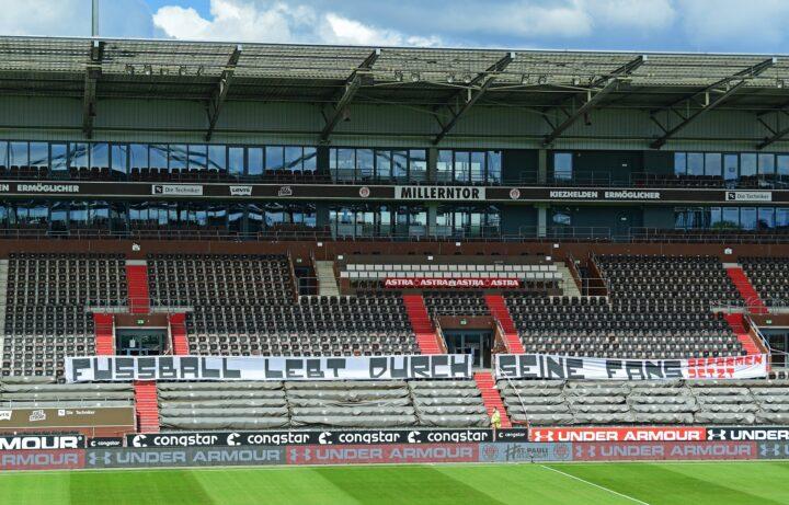 Kritisches Fan-Plakat im Millerntor-Stadion