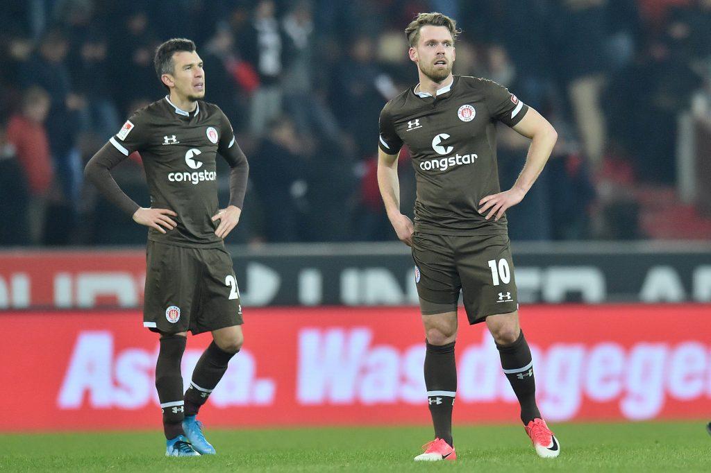 FC St. Pauli: Christopher Buchtmann (r.) nach seinem letzten bis dato Einsatz im Heimspiel gegen Dynamo Dresden am 14. Februar (0:0). FOTO: Imago