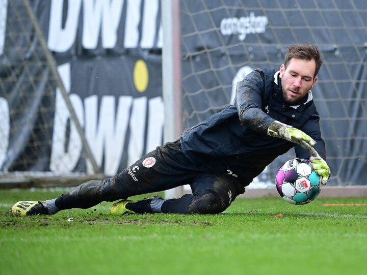 Robin Himmelmann könnte sich zurück ins St. Pauli-Training klagen