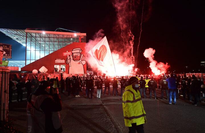 Ungemütlicher Empfang! 100 St. Pauli-Fans begrüßen HSV mit Pfiffen