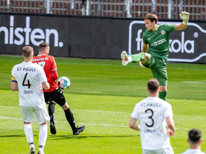 Bitterer Patzer: Der ganze FC St. Pauli unterstützt Dennis Smarsch