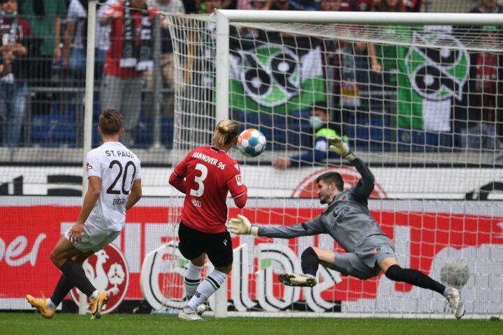 St. Pauli-Torwart Vasilj stark – aber Trainer Schultz übt auch Tadel
