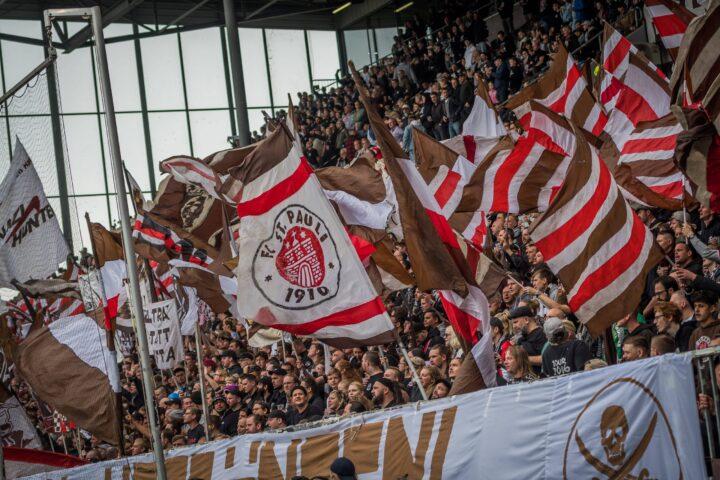 Auf Sitzplätze: St. Paulis Ultras breiten sich gegen Rostock aus